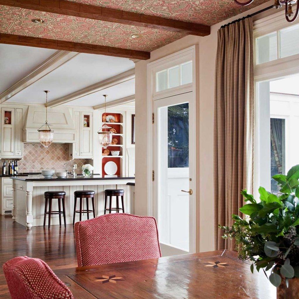 کاغذ دیواری سقفی صورتی و قرمز پذیرایی