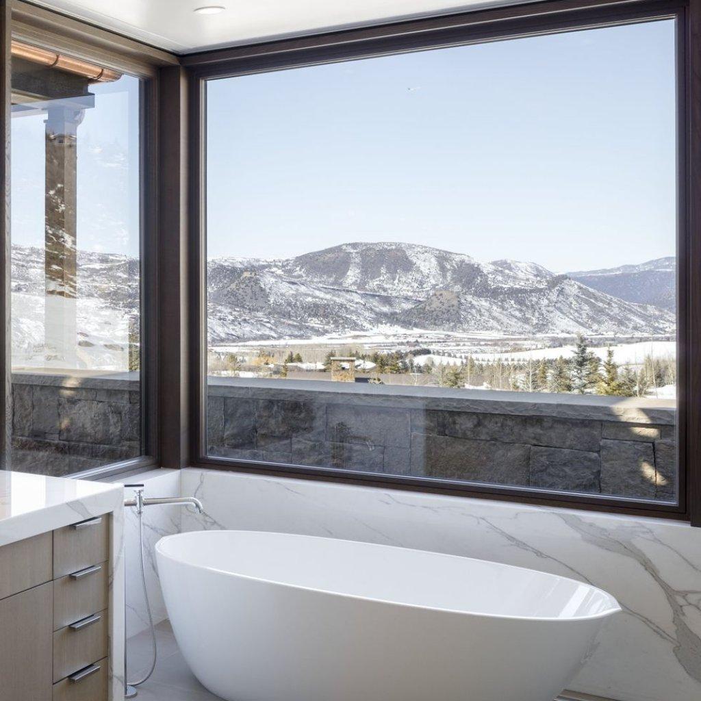 ویو منحصر به فرد یک حمام به کوهستان