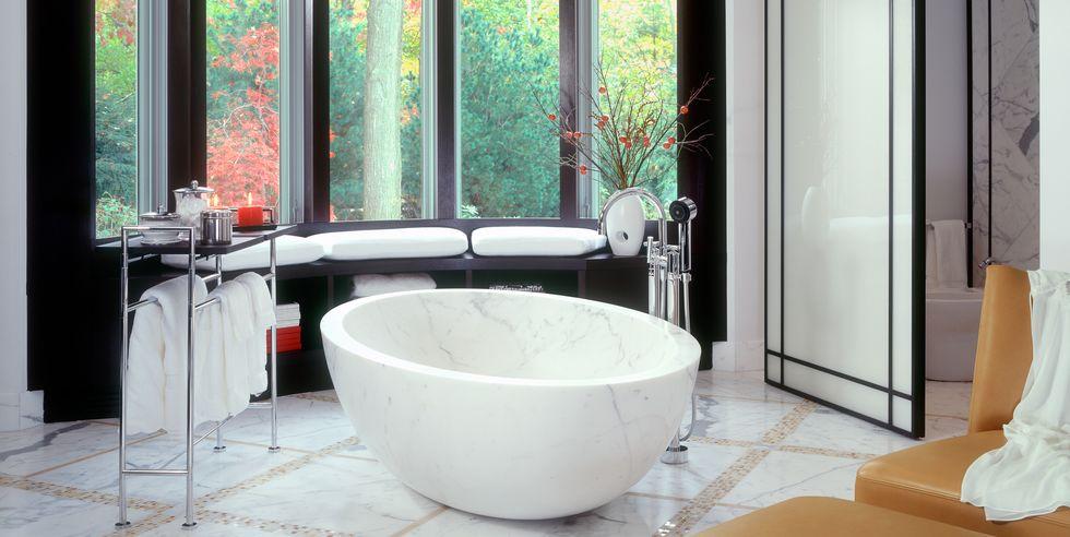 حمام با ویو به فضای سبز بیرون خانه
