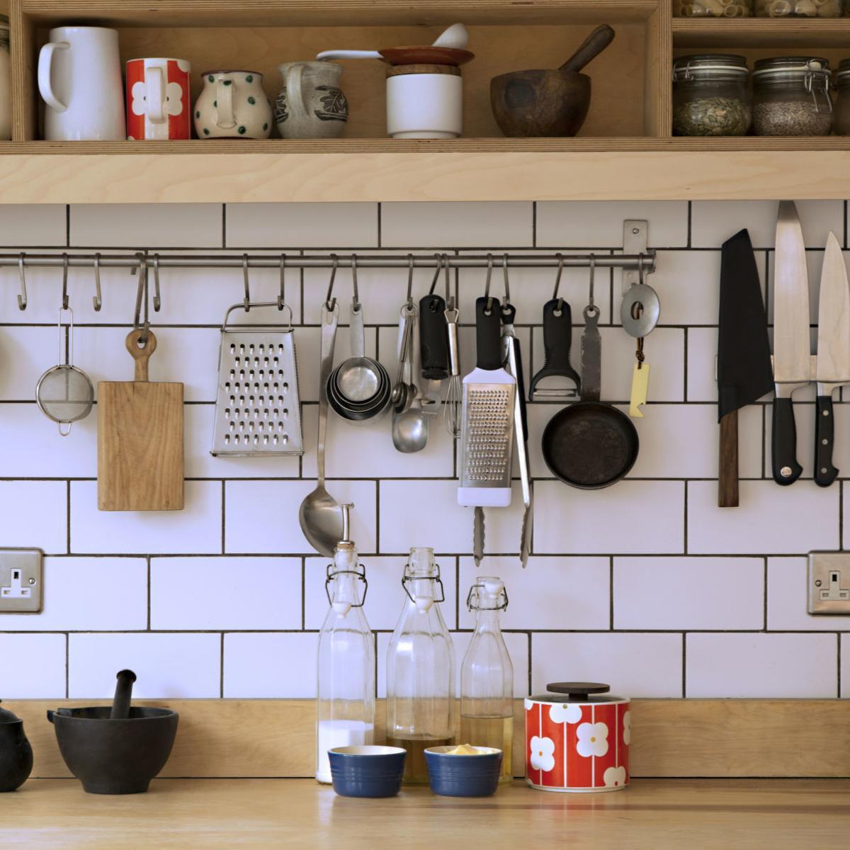 چیدن وسایل آشپزخانه