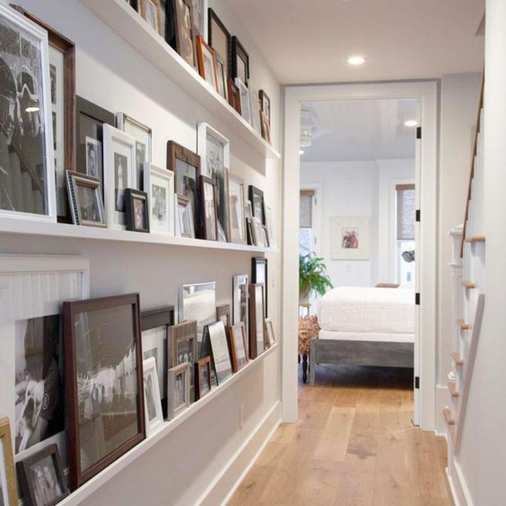 اگر راه رو های طولانی ای دارید و دیوار آن خالی و بلا استفاده هستش میتوانید با کمک قاب های مختلف در ابعاد گوناگون تزئین و زیبایش کنید.