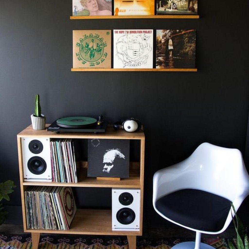 برای دیوار ها از آلبوم و کاور های موسیقی هم میتوانید استفاده کنید که یک ایده جذاب و خاص هست.
