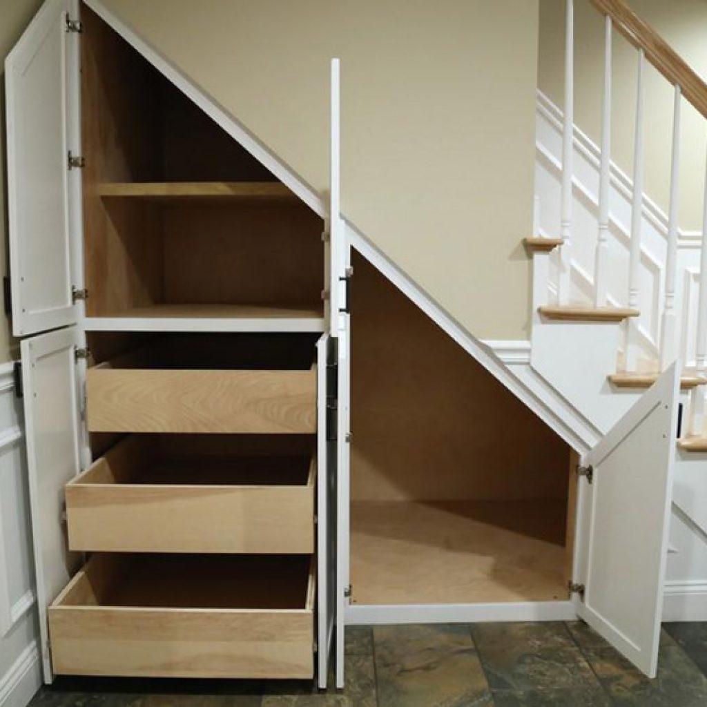 همانطور که گفته شد میتوان از این فضا برای انباری هم استفاده کرد و با قفسه قفسه کردن و فضا سازی از این محیط استفاده کرد .