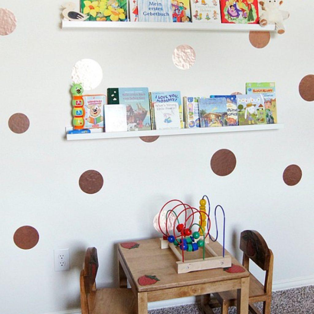 در اتاق کودکان جهت قرار گیری کتاب ها و همچنین تصاویر جذاب و مهیج بسیار ایده مناسبی میباشد. این چیدمان برای کودکان و اتاق آنها میتواند مهیج تر و متفاوت تر باشد.
