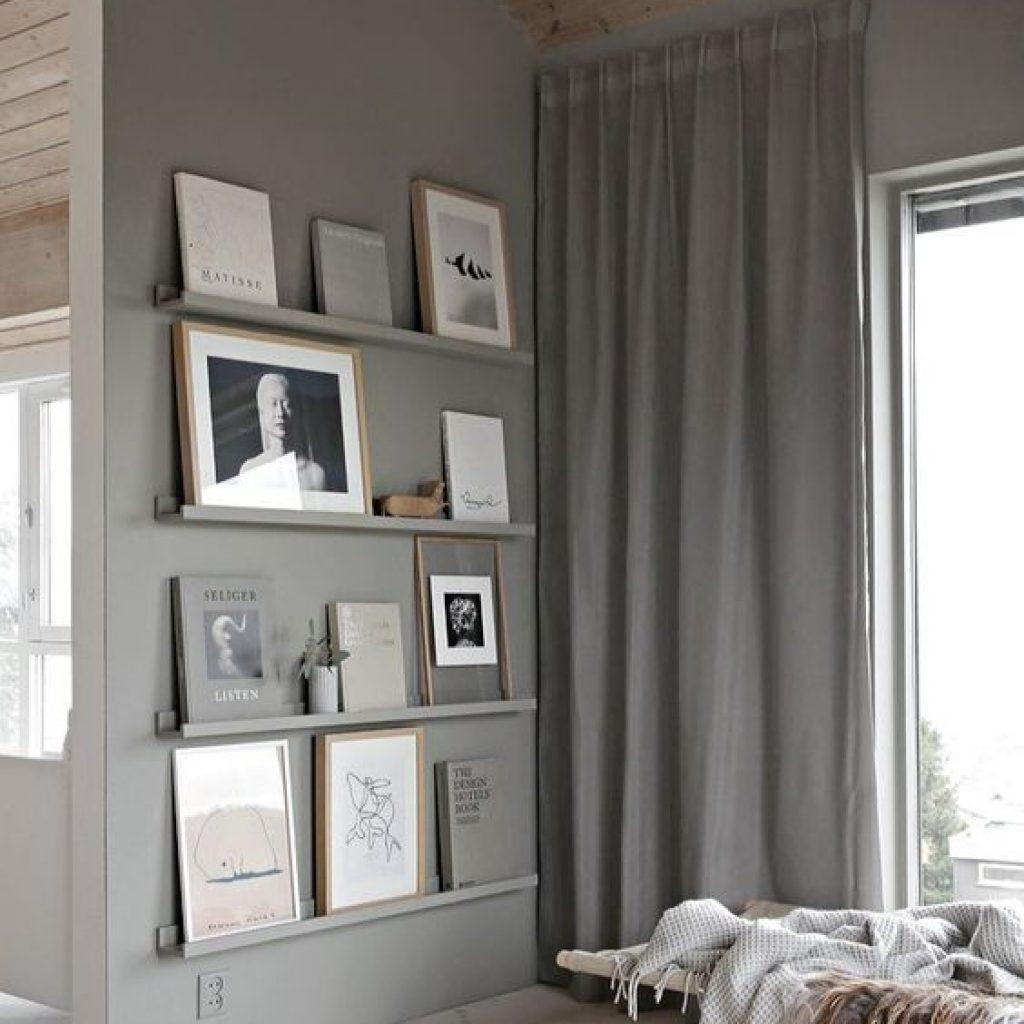 اگر دیوار های تک رنگ و بلندی دارید استفاده از قاب عکس و چیدمان خاص آن ها بسیار به دیزاین منزل شما کمک میکند و از یکنواختی خارج میشود.